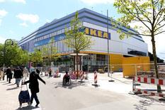Los reguladores de ayudas estatales de la Unión Europea examinarán un informe elaborado por un grupo de eurodiputados que acusan al vendedor sueco de muebles Ikea de evitar pagar al menos 1.000 millones de euros en impuestos en un periodo de seis años. En la imagen de archivo, una tienda de IKEA en Hamburgo. REUTERS/Fabian Bimmer