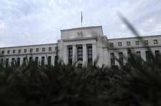 Le décalage croissant entre l'évolution prévisible des taux d'intérêt telle que la perçoit la Réserve fédérale américaine et les anticipations des marchés financiers risque, s'il perdure, de saper la crédibilité de l'institution, qui reste calée sur un scénario incluant plusieurs hausses de taux cette année en dépit de la chute des prévisions d'inflation. /Photo d'archives/REUTERS/Jonathan Ernst