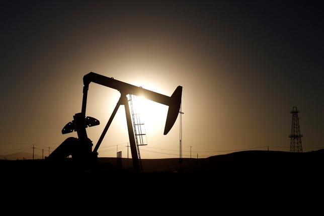 2月15日、原油先物相場はOPECが協調減産で合意するとの期待から上昇した先週の流れが継続している。写真は2014年10月、米カリフォルニア州の油田で(2016年 ロイター/Lucy Nicholson)