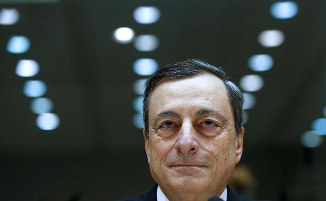 2月15日、ECBのドラギ総裁(写真)は、ギリシャが金融支援に関する国際債権団の第1次審査を通過するためには、国内銀行の不良債権問題に対応し、年金や所得税の制度を改める必要がある、との認識を示した。ブリュッセルで15日撮影(2016年 ロイター/Yves Herman)