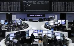 Помещение фондовой биржи во Франкфурте-на-Майне. 15 февраля 2016 года. Европейские фондовые рынки открыли ростом торги вторника за счёт укрепления акций энергетических компаний на фоне восстановления цен на нефть. REUTERS/Staff