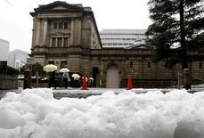 Personas caminan frente al edificio del Banco de Japón, en Tokio, Japón. 18 de enero de 2016. Las tasas de interés negativas del Banco de Japón entraron en vigor el martes en un plan radical que los operadores ya consideran un fracaso, lo que subraya la falta de opciones de Tokio para estimular el crecimiento en momentos en que los mercados globales se debilitan. REUTERS/Toru Hanai