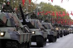Турецкие танки участвуют в параде в День Республики. Стамбул, 29 октября 2015 года. Турция обращается к партнёрам по коалиции, в том числе и США, с просьбой принять участие в совместной наземной операции в Сирии с целью положить конец пятилетней гражданской войне, сообщил турецкий чиновник. REUTERS/Murad Sezer