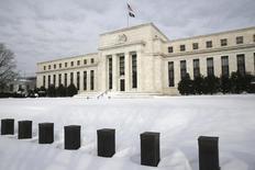 """El edificio de la Reserva Federal en Washington, ene 26, 2016. La Reserva Federal de Estados Unidos podría ser prudente al esperar por más evidencia de un avance de la inflación antes de volver a elevar las tasas de interés, dijo el martes un funcionario del banco central, en lo que describió como un enfoque """"conservador"""" sobre la política monetaria.  REUTERS/Jonathan Ernst"""