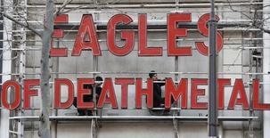 Homens colocam letras da banda Eagles of Death Metal em Paris.  16/2/2016.  REUTERS/Gonzalo Fuentes