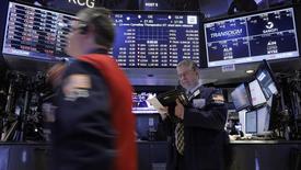 Трейдеры на фондовой бирже в Нью-Йорке. 9 февраля 2016 года. Фондовый рынок США показал устойчивый рост вторую сессию подряд во вторник, так как инвесторы скупали упавшие акции потребительского, индустриального и технологического секторов. REUTERS/Brendan McDermid