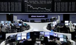 Las bolsas europeas subían el miércoles, impulsadas por unos resultados de Credit Agricole y Schneider Electric bien recibidos por los inversores. En la imagen, operadores en la Bolsa de Fráncfort, el 16 de febrero de 2016.  REUTERS/Staff/remote