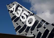 Philippine Airlines (PAL) a annoncé mercredi un accord portant sur l'achat de 12 Airbus A350-900, un contrat de 3,7 milliards de dollars (3,3 milliards d'euros) au prix catalogue qui doit lui permettre d'assurer des vols sans escale depuis Manille vers les Etats-Unis. /Photo prise le 16 février 2016/REUTERS/Edgar Su
