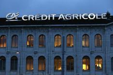Вывеска Credit Agricole на здании банка в Женеве. Банк Credit Agricole пообещал стабильные доходы инвесторам и устойчивую капитальную базу в будущем, после того как обозначил планы по упрощению своей широко критикуемой структуры собственности.  REUTERS/Denis Balibouse