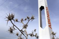 Abengoa reconoció anoche que sus necesidades de caja para superar su actual crisis de liquidez se elevan este año a 826 millones de euros y a 304 millones en 2017, según el plan de viabilidad con el que negociará la reestructuración de su deuda con los acreedores. En la imagen de archivo, se ve una torre de la planta solar de Abengoa en Sanlúcar la Mayor, cerca de Sevilla, el 9 de diciembre de 2015. REUTERS/Marcelo del Pozo