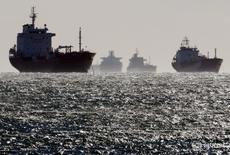 Нефтяные и газовые танкеры стоят на якоре у нефтяного терминала Фос-Лавера недалеко от Марселя. Трейдеры начали хранить бензин в танкерах у побережья Европы, так как береговые хранилища почти заполнены. REUTERS/Jean-Paul Pelissier
