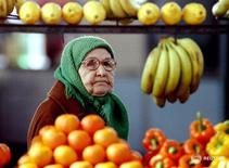 Пожилая женщина смотрит на овощи и фрукты на рынке в Москве.  Инфляция в России с 9 по 15 февраля 2016 года составила 0,2 процента, как и в предыдущие четыре недели, а с начала года достигла 1,4 процента, сообщил Росстат в среду. RTXFEN1