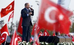 Президент Турции Тайип Эрдоган выступает во время кампании против нападения курдских боевиков на турецкие силы безопасности.  Турция не намерена прекращать обстрелы курдских Отрядов народной самообороны (YPG) в ответ на огонь через границу, сказал президент страны Тайип Эрдоган, добавив, что США должны решить, хотят они поддерживать Турцию или курдских боевиков. REUTERS/Murad Sezer  TPX IMAGES OF THE DAY