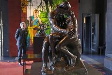 """El subastador Alexandre Giquello mira la escultura de Rodin en París el 11 de febrero de 2016. Un molde de bronce de la famosa escultura del Siglo XIX """"El beso"""" de Auguste Rodin fue comprado el martes por un coleccionista estadounidense por 2,2 millones de euros (2,5 millones de dólares) en una subasta en París. REUTERS/Philippe Wojazer"""
