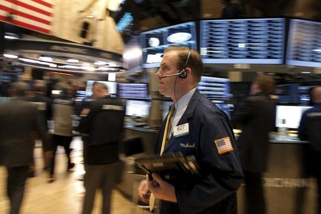 2月17日、米国株式市場は3営業日続伸した。原油高を好感してエネルギー株が買われたほか、経済指標が予想を上回り成長懸念が後退した。ニューヨーク証券取引所で撮影(2016年 ロイター/Brendan McDermid)