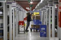 La balanza comercial española registró en el conjunto de 2015, un déficit comercial de 24.173 millones de euros, un 1,2 por ciento menos que en 2014, mostraron el jueves datos del Ministerio de Economía. En la imagen de archivo un hombre trabaja en un almacén de Amazon en Madrid, REUTERS/Andrea Comas