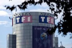 Le chiffre d'affaires et les recettes publicitaires de TF1 ont baissé en 2015, alors que le groupe privé de télévision change de dirigeant avec l'arrivée au poste de PDG de Gilles Pélisson. En 2015, le groupe a vu son chiffre d'affaires diminuer de 4,2% à 2,004 milliards d'euros alors que les revenus publicitaires de ses chaînes gratuites ont reculé de 1,4% à 1,55 milliard d'euros. /Photo d'archives/REUTERS/Charles Platiau