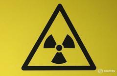 """Знак, предупреждающий о присутствии радиоактивных материалов.  Ирак ищет """"чрезвычайно опасный"""" радиоактивный материал, украденный в прошлом году. Происшествие уже вызвало тревогу иракских чиновников, опасающихся, что материал может быть использован в качестве оружия, если попадёт в руки экстремистов """"Исламского государства"""". REUTERS/Suzanne Plunkett"""