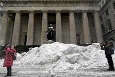 Las acciones abrieron con alzas el jueves en la bolsa de Nueva York, extendiendo las ganancias registradas en las tres últimas sesiones, por el continuo repunte de los precios del petróleo. En la imagen, la fachada de la Bolsa de Nueva York, el pasado 25 de enero de 2016. REUTERS/Brendan McDermid
