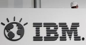 IBM a annoncé l'acquisition de Truven Health Analytics, spécialiste des données et analyses médicales, pour 2,6 milliards de dollars (2,35 milliards d'euros), ce qui constituerait la quatrième opération du groupe dans le secteur de la santé depuis avril dernier. /Photo d'archives/REUTERS/Tobias Schwarz
