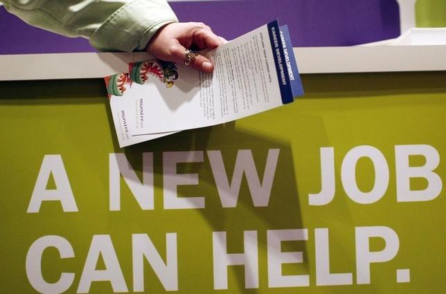 2月18日、米新規失業保険申請件数は26万2000件と、昨年11月以来の低い水準となった。写真はNYで開催された就職フェアの模様。2009年3月撮影。(2016年 ロイター/Mike Segar)