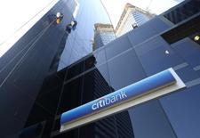 Un trabajador limpia las ventanas en el edificio de Citibank en el centro de Buenos Aires. 17 de marzo de 2015. Citigroup planea abandonar sus operaciones de banca minorista en Argentina y Brasil, reportó el jueves la agencia Bloomberg citando a una fuente no identificada familiarizada con el tema.  REUTERS/Enrique Marcarian
