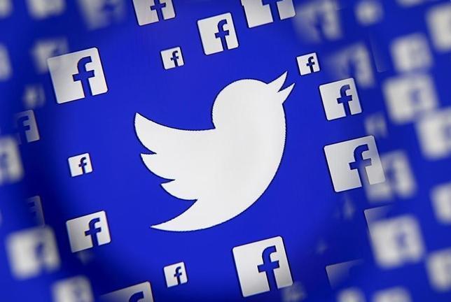 2月18日、フェイスブックとツイッターの米シリコンバレー有力2社は、銃乱射事件の容疑者が持っていた「iPhone(アイフォーン)」のロック解除を拒否したアップルの姿勢を支持すると表明した。写真は両社のロゴ。サラエボで昨年12月撮影(2016年 ロイター/Dado Ruvic)