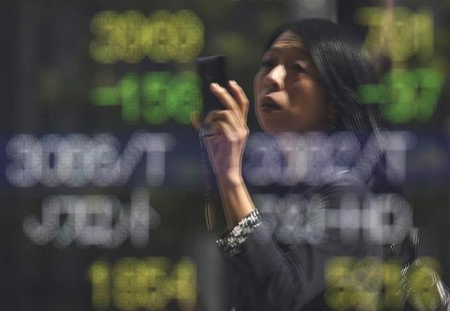 2月19日、東京株式市場で日経平均は大幅反落。下げ幅は一時400円に迫った。写真は都内で昨年9月撮影(2016年 ロイター/Issei Kato)
