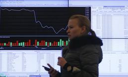 Информационный экран в офисе Московской фондовой биржи. Российские фондовые индексы скорректировались в начале торгов пятницы, прервав пятидневное ралли, вслед за разворотом нефтяных фьючерсов и на фоне нисходящей динамики азиатских рынков акций. REUTERS/Maxim Shemetov
