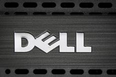 Логотип Dell на компьютере. Антимонопольные регуляторы Евросоюза, не выдвигая каких-либо условий, одобрят сделку о поглощении производителя систем хранения данных EMC Corp американской корпорацией Dell Inc - третьим по величине мировым производителем компьютеров - за $67 миллиардов, сообщили источники, знакомые с ситуацией, в четверг. REUTERS/Carlo Allegri