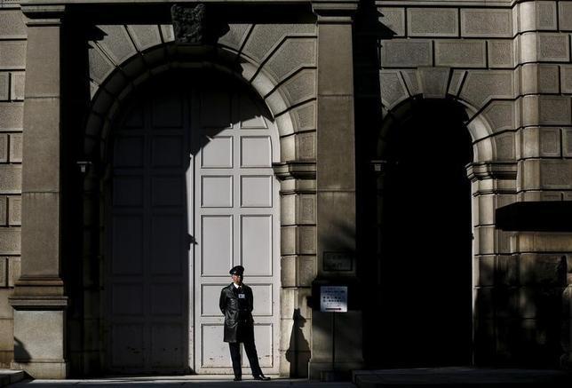 2月19日、日銀が導入したマイナス金利政策の結果、最も得をするのは政府で、その規模は1.2兆円──。三菱UFJモルガン・スタンレー証券の試算でそんな結果が出た。写真は日銀本店。16日撮影(2016年 ロイター/Thomas Peter)