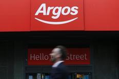 Le groupe d'ameublement Steinhoff International, qui possède notamment la chaîne Conforama, a soumis une offre pour racheter le britannique Home Retai, propriétaire du distributeur Argos, bien que ce dernier ait accepté de se vendre à la chaîne de supermarchés Sainsbury's. /Photo prise le 24 janvier 2016/REUTERS/Stefan Wermuth