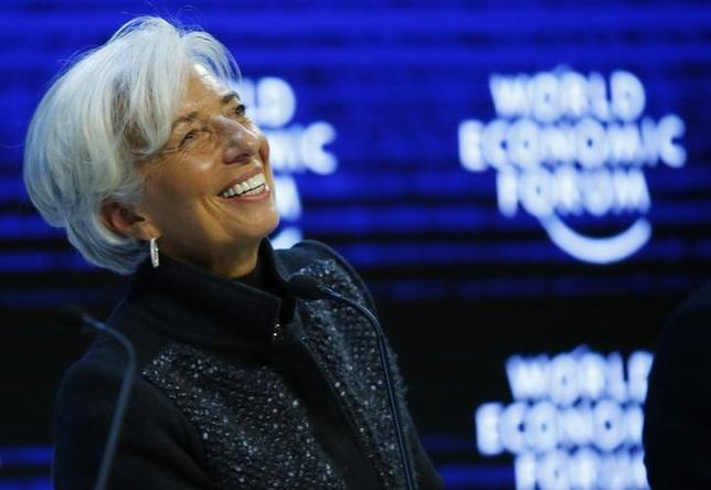 2月19日、国際通貨基金(IMF)のラガルド専務理事は、上海で今月開催される20カ国・地域(G20)財務相・中央銀行総裁会議では、各国の政策決定が世界経済に及ぼす影響について集中的に協議する必要があるとの考えを示した。写真は1月23日、ダボス会議でのセッションに参加する同専務理事(2016年 ロイター/Ruben Sprich)