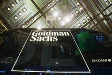 Un logo de Goldman Sachs en la bolsa de Wall Street en Nueva York, ene 24, 2014. Goldman Sachs Group Inc redujo la estimación de costos legales que podría enfrentar en más de la mitad, a cerca de 2.000 millones de dólares.   REUTERS/Lucas Jackson