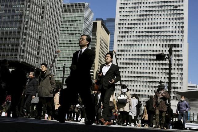 2月23日、年初来の世界的な市場変動が、日本企業の心理を冷やし、今年の春闘における賃上げが昨年を下回るのではないかとの懸念が、政府部内で広がり出した。写真は都内で16日撮影(2016年 ロイター/Thomas Peter)