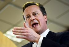 En la imagen de archivo, el primer ministro británico, David Cameron, se dirige a los medios de comunicación después de una cumbre de líderes de la Unión Europea en Bruselas. REUTERS/Dylan Martinez.  Los jefes de un tercio de las principales empresas británicas advirtieron el martes que una salida de la Unión Europea pondría en riesgo su economía y amenazaría el empleo.