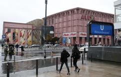 En la imagen,  una vista general de la plaza de Alexanderplatz en Berlín, el 4 de febrero de 2016. El gasto público impulsado en parte por los costos de ayudar a los refugiados y una mayor inversión llevaron a un crecimiento de un 0,3 por ciento del Producto Interno Bruto (PIB) alemán en el cuarto trimestre, suficiente para contrarrestar la debilidad de las exportaciones, mostraron datos el martes. REUTERS/Fabrizio Bensch