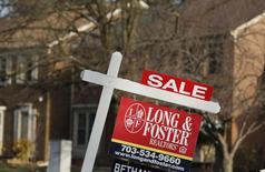 Una vivienda a la venta en Oakton, EEUU, mar 27, 2014. Las ventas de casas usadas en Estados Unidos subieron inesperadamente en enero para tocar un máximo de seis meses, en la más reciente señal de que la economía permanece sobre terreno sólido pese a una desaceleración del crecimiento global y un endurecimiento de las condiciones del mercado financiero.     REUTERS/Larry Downing