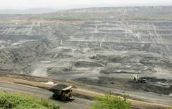 Imagen de archivo de un camión transportando carbón en la mina Cerrejón en Colombia, 24 de mayo, 2007. El sindicato de trabajadores de Cerrejón, la mayor productora de carbón de Colombia, iniciará el viernes una votación de 10 días para decidir si van a una huelga o convocan un tribunal arbitral para dirimir un conflicto laboral con la empresa, dijo el martes un dirigente de los mineros.  REUTERS/Jose Miguel Gomez
