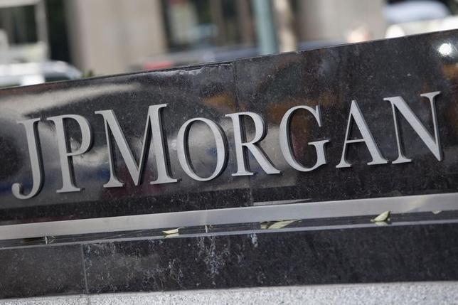 2月23日、米金融大手JPモルガン・チェースのダイモン最高経営責任者(CEO)は、現在の世界経済をめぐる懸念の広がりは、スイスで先月開催された世界経済フォーラム年次総会(ダボス会議)で出席者が過剰なまでに懸念を口にしていた状況を思い出させると語った。写真はニューヨークで2012年7月撮影(2016年 ロイター/Andrew Burton)