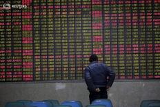 Инвестор в брокерской конторе в Шанхае 15 февраля 2016 года. Китайский фондовый рынок завершил торги среды в плюсе после снижения в течение торгов благодаря росту акций промышленного и инфраструктурного секторов. REUTERS/Aly Song