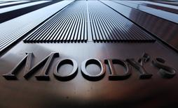 En la imagen, el logo de Moody's en un edificio en Nueva York. Moody's Investors Services se convirtió el miércoles en la tercera agencia calificadora de crédito de importancia en rebajar la nota de deuda de Brasil al grado especulativo, en momentos en que la mayor economía latinoamericana atraviesa por su peor recesión en décadas. REUTERS/Mike Segar