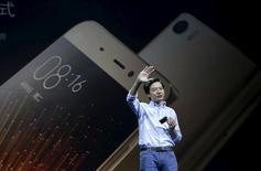 Le PDG et fondateur de Xiaomi, Lei Jun, présentant à Pékin une nouvelle version de son combiné vedette, le Mi 5, doté d'une coque en céramique et vendu à un tarif compétitif. /Photo prise le 24 février 2016/REUTERS/Jason Lee