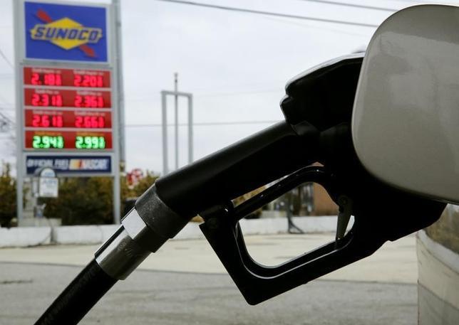 2月24日、米統計によると、原油在庫が2週連続で過去最高を更新、ガソリン在庫は昨年11月以来初めて減少に転じた。写真はメリーランド州の給油所。昨年2月撮影。(2016年 ロイター/Gary Cameron)