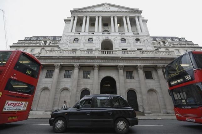 2月24日、カンリフ英中銀副総裁は、中銀は必要なら一段の刺激策を導入する用意があると述べた。写真はロンドンの英中銀建物。昨年12月撮影。(2016年 ロイター/Luke MacGregor)