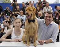Diretor Mundruczo e atriz Psotta posam com cachorro no Festival de Cannes. 17/5/2014.        REUTERS/Regis Duvignau