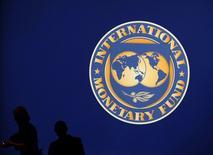 Imagen de archivo del logo del Fondo Monetario Internacional (FMI) en el recinto principal de la reunión del FMI y el Banco Mundial  en Tokio. 10 de octubre, 2012. El grupo de las 20 mayores economías del mundo debería planear ahora un programa de estímulos coordinados para evitar que la economía global se estanque, dijo el miércoles el cuerpo técnico del Fondo Monetario Internacional en un reporte. REUTERS/Kim Kyung-Hoon