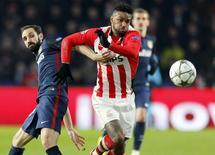 Jurgen Locadia, do PSV, disputa lance com o jogador do Atlético Juanfran. 24/2/16. REUTERS/Michael Kooren