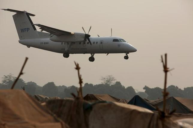 2月24日、国連は、内戦が続くシリアで過激派組織「イスラム国」に包囲されている地域に向け、人道支援物資を空中から投下したことを明らかにした。写真は着陸直前のWFP機。中央アフリカ共和国で撮影(2016 ロイター/Siegfried Modola)