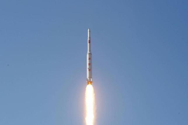 2月25日、米国は、1月に核実験を実施した北朝鮮に対する制裁強化決議の草案を国連安全保障理事会に25日に提出する。写真は北朝鮮が発射した長距離弾道ミサイル。KCNA7日提供(2016年 ロイター)